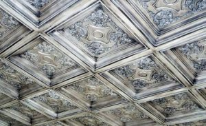 потолок из пенопластовой плитки фото