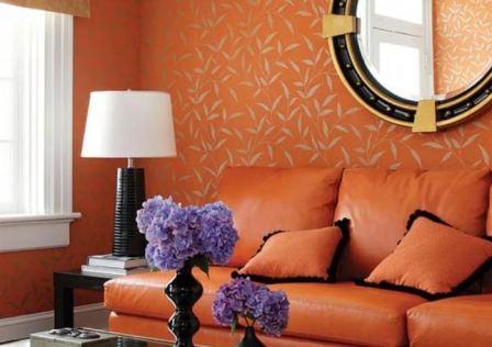 Комната с оранжевыми обоями