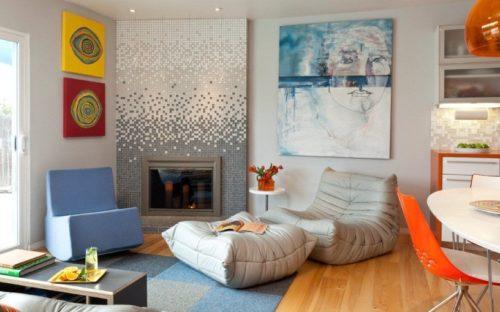 Мозаика в стиле градиент на каминной стене сочетается по цвету с поверхностями стен и потолка, с мебелью