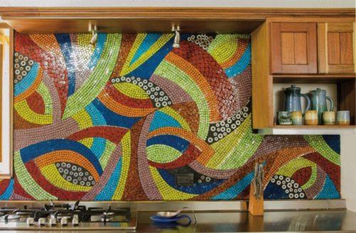 Многоцветное панно на рабочей стене кухни