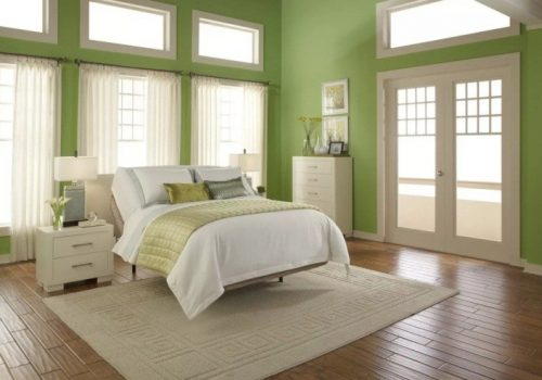 Двери и паркет в контрасте, но их объединяет лежащий на полу ковёр. Цвет плинтуса подобран к дверям