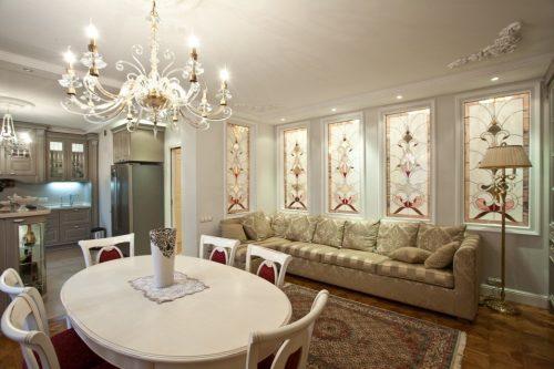 Классический интерьер с витражными стёклами в стене