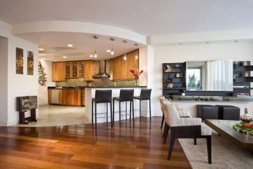В кухонной зоне плитка, в гостевой – паркет или ламинат