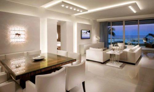 Две фигуры разных габаритов осуществляют потолочное зонирование студии