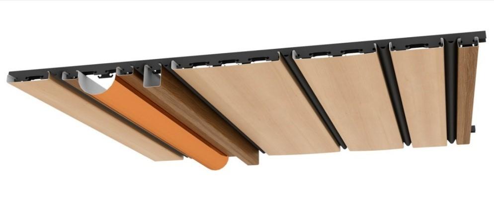 На фото потолочные панели ПВХ реечной формы