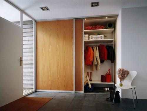 Под гардероб использована стеновая ниша в комнате