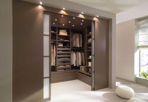 Полноценный гардероб с расставленной внутри мебелью