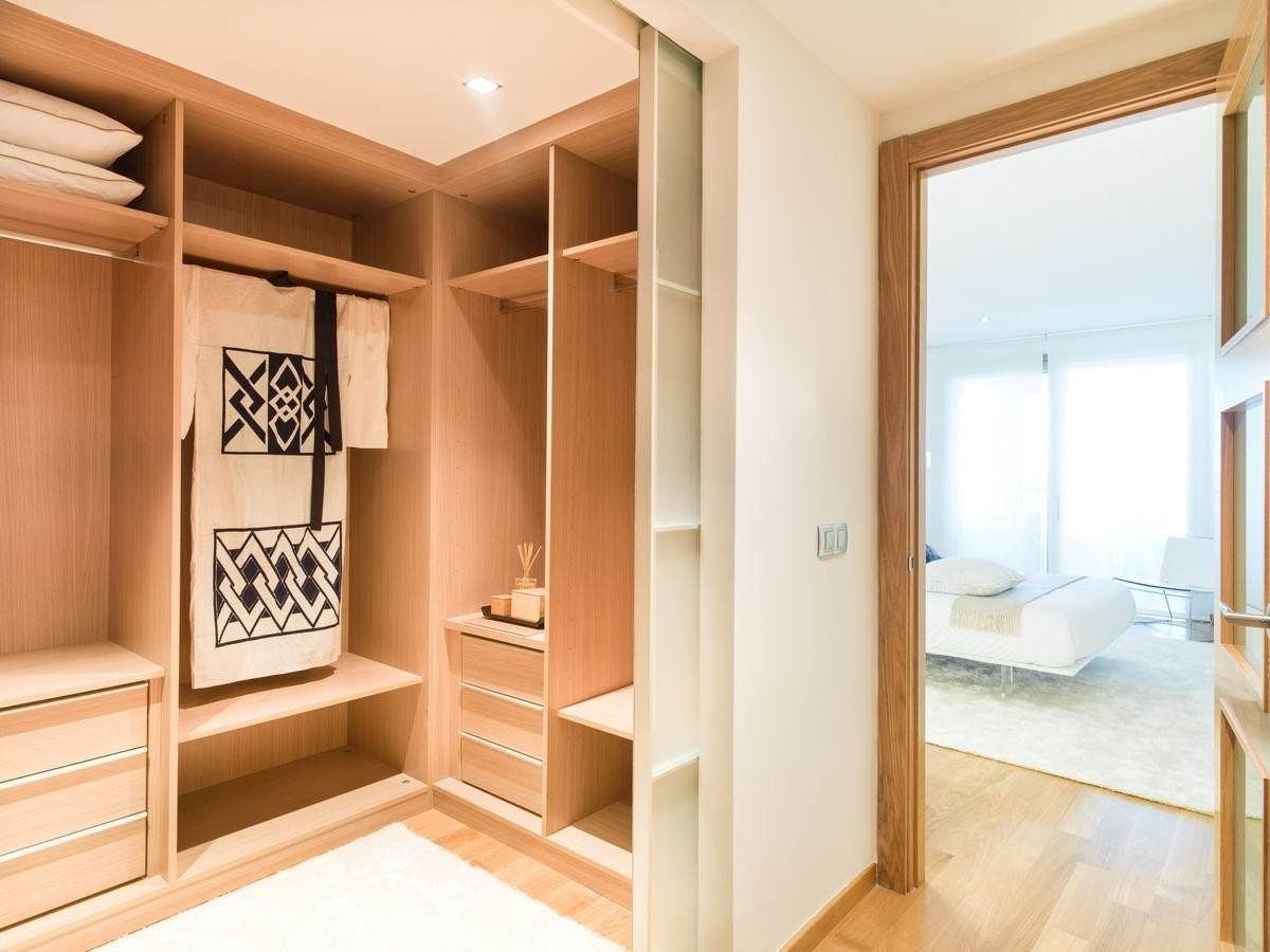 Сделать гардеробную в квартире с дверями, отъезжающими в стены