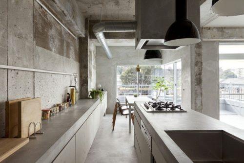 Студийное помещение в стиле лофт, все поверхности которого отделаны под бетон