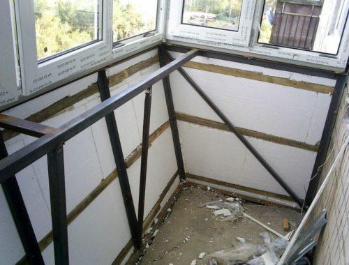 Утепленный каркас из металла на балконе