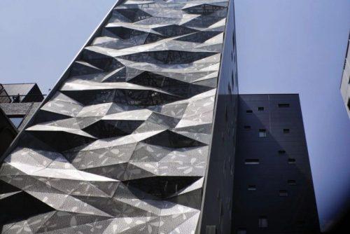 Здание с необычным фасадом из архитектурного бетона