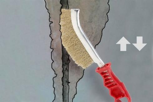 Очистка шва от грязи щеткой