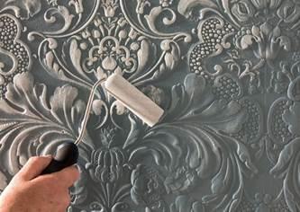 Отделка стены, оклеенной линкрустом
