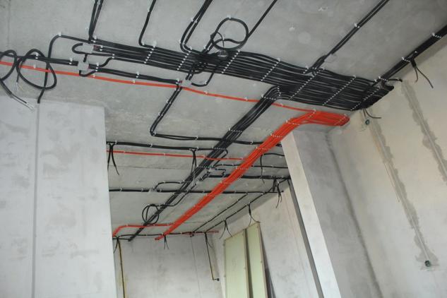 Электрическая проводка в современной квартире по потолку