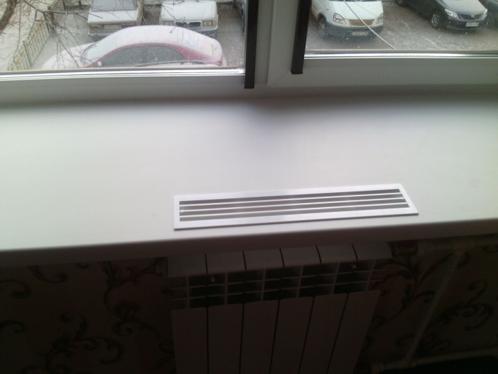 Подоконник не должен полностью перекрывать собою радиатор