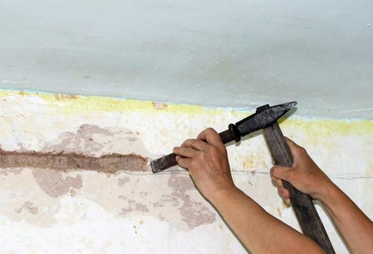 Штробирование стен молотком и зубилом