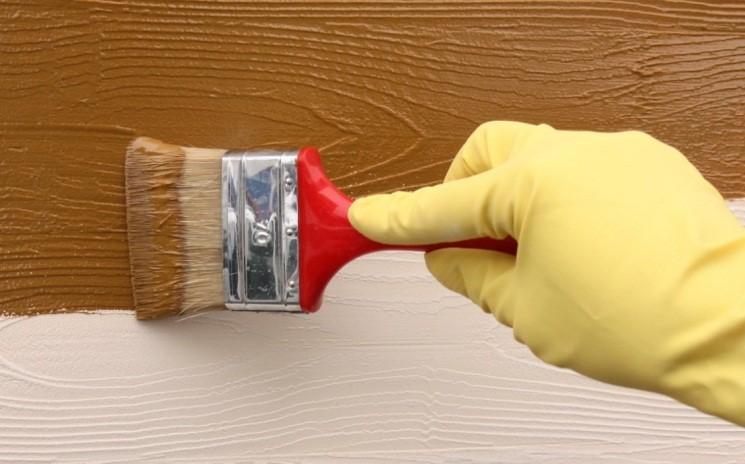 Окрашивание огрунтованной двери цветной эмалью