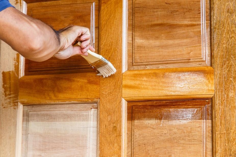 Покраска дверей межкомнатных своими руками с использованием морилки
